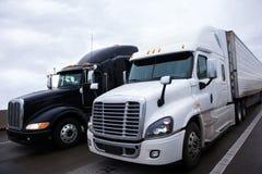 Dois modelos diferentes semi do caminhão moderno do contraste preto e branco Foto de Stock Royalty Free