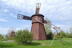 Dois moinhos de madeira vermelhos Fotografia de Stock