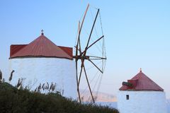 Dois moinhos de vento em uma ilha grega Imagens de Stock