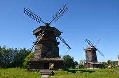 Dois moinhos de vento de madeira velhos no museu da arquitetura de madeira em um dia de verão ensolarado na cidade de Suzdal, Rús fotografia de stock royalty free