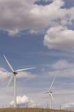 Dois moinhos de vento sob céus nebulosos em Montana rural Fotos de Stock Royalty Free