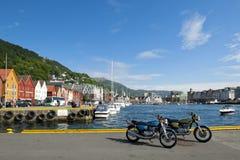Dois motocicletas e Bryggen de Suzuki em Bergen foto de stock