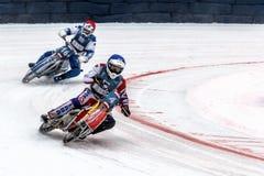 Dois motociclista em uma curvatura íngreme no gelo Fotografia de Stock Royalty Free