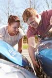 Dois motoristas que inspecionam dano após o acidente de tráfico Fotografia de Stock