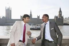 Dois multi homens de negócios étnicos que têm uma conversação imagens de stock