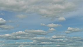 Dois níveis das nuvens brancas movem-se pelo céu azul no dia ensolarado Lapso de tempo video estoque