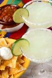 Dois Nachos e salsas dos Margaritas Imagens de Stock Royalty Free