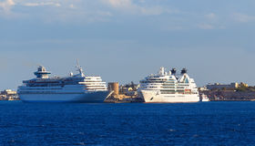 Dois navios de cruzeiros brancos grandes no porto da ilha do Rodes, Grécia Fotografia de Stock