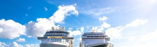 Dois navios de cruzeiros estacionados no terminal do navio de cruzeiros com fundo do céu azul imagens de stock royalty free