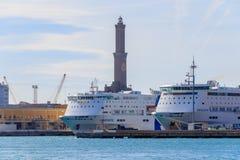 Dois navios de cruzeiros luxuosos na frente do farol em Genoa, Itália imagens de stock