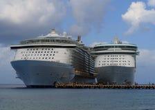 Dois navios de cruzeiros no porto de Cozumel fotos de stock royalty free