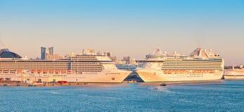 Dois navios de cruzeiros nos marismas portuários imagens de stock royalty free