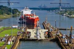 Dois navios de recipiente westbound que transitam pelo Gatun travam no canal do Panamá imagem de stock