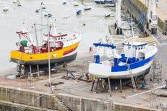 Dois navios que estão sendo reparados no porto Fotografia de Stock