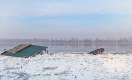 Dois objetos da água prendidos no rio congelado Danúbio Imagens de Stock