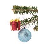 Dois ornamento do Natal que penduram no ramo de árvore Foto de Stock
