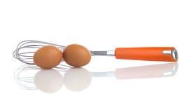 Dois ovos com um batedor de ovos do balão Fotos de Stock Royalty Free