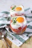 Dois ovos do café da manhã dos verrines, tomates e pimentas de sino Fotos de Stock