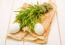 Dois ovos e grupos do estragão no pita Imagem de Stock