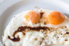Dois ovos fritos op próximos para o conceito saudável do alimento de café da manhã Imagem de Stock