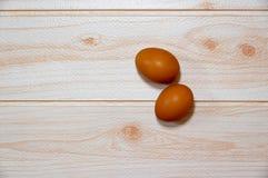 Dois ovos no cozimento da tabela fotografia de stock royalty free