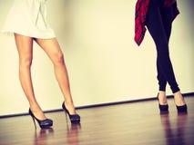 Dois pés das mulheres que apresentam os saltos altos imagens de stock royalty free
