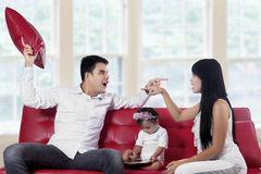 Dois pais que discutem em casa Fotografia de Stock Royalty Free
