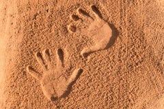 Dois palmsprints paralelos na areia marrom fotografia de stock
