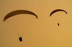 Dois parachuters. Imagens de Stock