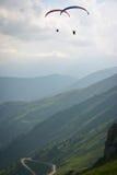 Dois paragliders Imagens de Stock