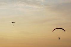 Dois paragliders Fotografia de Stock Royalty Free