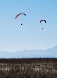 Dois Paragliders no céu Foto de Stock