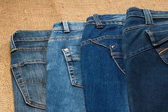 Dois pares de calças de brim que encontram-se no pano de saco Imagem de Stock