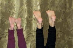 Dois pares de crianças descobrem Teet que cola acima Imagens de Stock Royalty Free