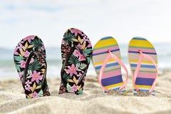 Dois pares de flip-flops na praia Fotografia de Stock Royalty Free