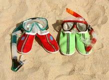 Dois pares de máscaras com as câmaras de ar para a natação fotos de stock