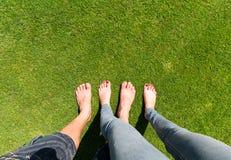 Dois pares de pés desencapados Fotografia de Stock