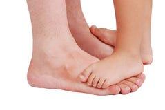 Dois pares de pés muito pequenos em muito grande Imagens de Stock Royalty Free