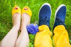 Dois pares de pés na grama Imagens de Stock Royalty Free