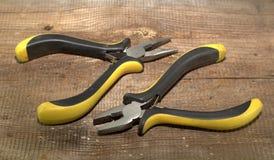 Dois pares de pasatis com punhos isolados em um fundo de madeira Fotografia de Stock