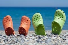 Dois pares de sandálias na praia Imagem de Stock Royalty Free