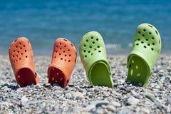 Dois pares de sandálias na praia Fotos de Stock