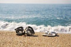 Dois pares de sapatas da praia Imagem de Stock