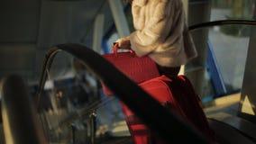 Dois passageiros das mulheres no aeroporto abaixo da escada rolante ao primeiro andar vídeos de arquivo