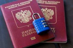Dois passaportes do russo fechados para padlock Símbolo de sanções do anti-russo fotografia de stock
