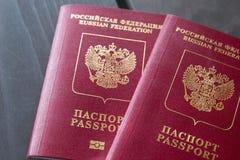 Dois passaportes do russo na tabela de madeira closeup foto de stock