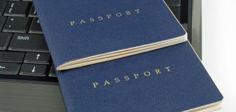Dois passaportes e computadores Imagens de Stock Royalty Free