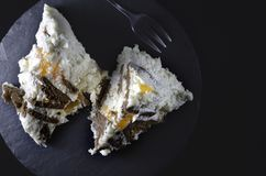 Dois pedaços de bolo do close-up, vista superior imagem de stock