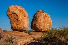 Dois pedregulhos de equilíbrio nos diabos marmoreiam a reserva da conservação, Território do Norte, Austrália foto de stock