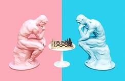 Dois pensadores que meditam o jogo de xadrez no rosa e em fundos azuis ilustração royalty free